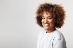 Портрет латинской женщины с вьющиеся волосы, нося фуфайка стоковое фото