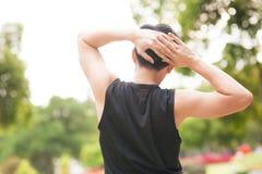 Портрет атлетического человека протягивая в утре и наблюдая славном взгляде природы Стоковое Изображение RF