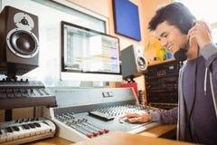 Портрет аудио студента университета смешивая Стоковое фото RF