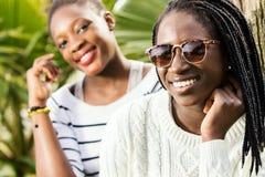 Портрет 2 африканских предназначенных для подростков подруг Стоковое Изображение