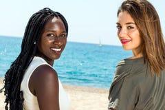 Портрет африканской девушки с кавказской подругой Стоковая Фотография