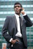 Портрет Афро-американского бизнесмена на телефоне outdoors Стоковые Изображения RF