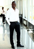 Портрет Афро-американского бизнесмена при исполнительные власти работая в предпосылке Стоковое Изображение