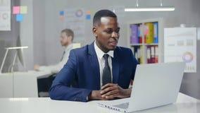 Портрет афро американского молодого мужского работника офиса видеоматериал