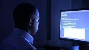 Портрет Афро-американского программного обеспечения безопасностью сети кодирвоания программиста человека Код хакера печатая на эк акции видеоматериалы