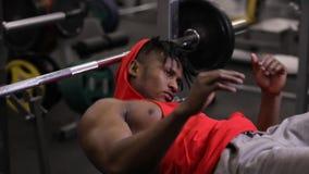 Портрет Афро-американского спортсмена готовый для того чтобы поднять barbbell в спортзале акции видеоматериалы