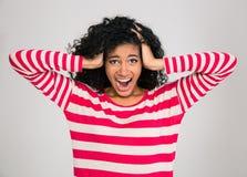 Портрет афро американской женщины кричащей Стоковая Фотография