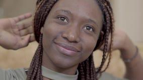 Портрет Афро-американской женщины с dreadlocks протягивает ее оружия вверх по смотреть в камере и усмехаться положительно акции видеоматериалы