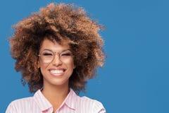 Портрет афро девушки в eyeglasses Стоковые Фото