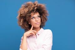 Портрет афро девушки в eyeglasses Стоковые Изображения
