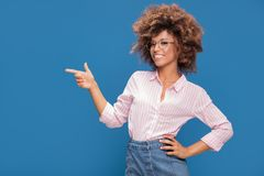 Портрет афро девушки в eyeglasses Стоковое Фото
