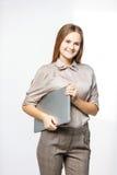 Портрет администратора женщины с компьтер-книжкой на белой предпосылке Стоковое фото RF