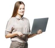 Портрет администратора женщины с компьтер-книжкой на белой предпосылке Стоковая Фотография RF
