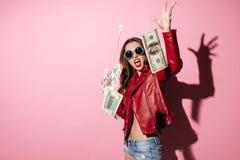 Портрет банкнот денег молодого счастливого победителя женщины бросая стоковое фото rf