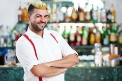 Портрет бармена стоя близко стол бармена в ресторан баре стоковое фото rf