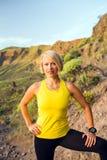 Портрет бегуна молодой женщины на горной тропе Стоковое Изображение