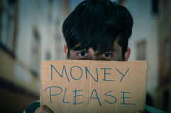 Портрет бездомные как при описание картона денег пожалуйста, пряча hald его стороны, в запачканной предпосылке Стоковое фото RF