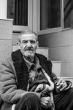 Портрет бездомного человека на улице Стоковое Изображение