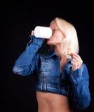 портрет белокурого кофе выпивая стоковая фотография rf