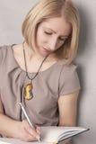 Портрет белокурого сочинительства девушки Стоковое Изображение RF