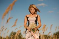 Портрет белокурой девушки в женское бельё на поле Стоковое фото RF