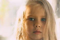 Портрет белокурой девушки в комнате стоковое изображение
