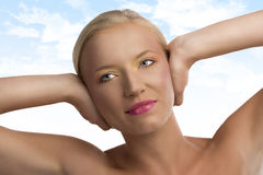 Портрет белокурой девушки с покрашенными составом и h Стоковое фото RF