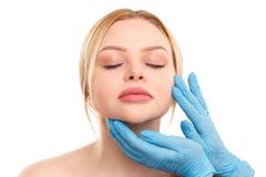 Портрет белокурой женщины изолированной на белой предпосылке, концепции медицины, пластической хирургии Стоковые Фотографии RF