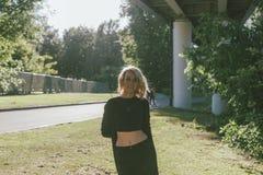 Портрет белокурой женщины под мостом Стоковая Фотография RF