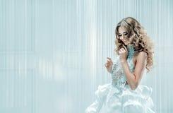 Портрет белокурой красивой женщины стоковые изображения