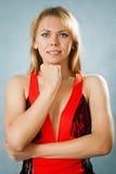 Портрет белокурой повелительницы в красном платье Стоковое фото RF