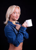 портрет белокурой чашки печенья счастливый стоковое изображение