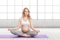 Портрет беременной женщины делая йогу Стоковое Изображение RF