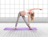 Портрет беременной женщины делая йогу Стоковые Фото