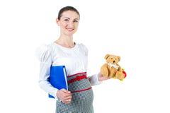 Портрет беременной коммерсантки с случаем и игрушкой документа Стоковая Фотография RF