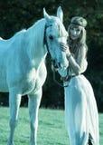 Портрет белой лошади и женщины Стоковая Фотография RF