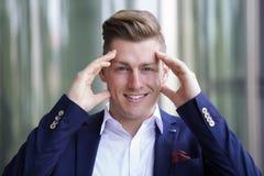 Портрет белокурого бизнесмена усмехаясь на камере Стоковые Изображения RF
