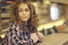 Портрет белокурой девушки в кафе Стоковые Фотографии RF
