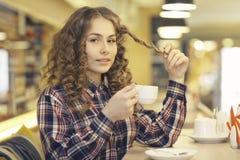Портрет белокурой девушки в кафе Стоковая Фотография RF