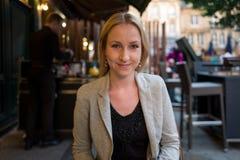 Портрет белокурой девушки в кафе Стоковые Фото