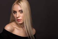 Портрет белокурой девушки на серой предпосылке Стоковое Изображение RF