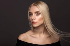 Портрет белокурой девушки на серой предпосылке Стоковые Изображения RF