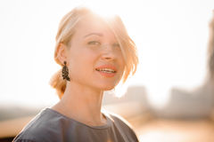 Портрет белокурой девушки против захода солнца Стоковые Изображения RF