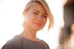 Портрет белокурой девушки против захода солнца Стоковые Фотографии RF