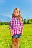 Портрет белокурой девушки снаружи Стоковое Фото