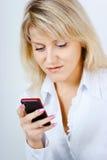 Портрет белокурой девушки с мобильным телефоном Стоковые Фотографии RF