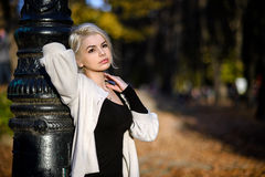 Портрет белокурой женщины в природе Стоковые Фотографии RF