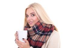 Портрет белокурой женщины в теплых одеждах с чашкой кофе или te Стоковое Фото