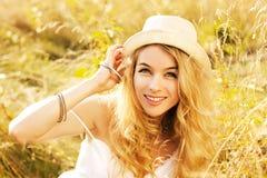 Портрет белокурой женщины на поле лета Стоковая Фотография