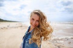 Портрет белокурой женщины на пляже Стоковое Изображение